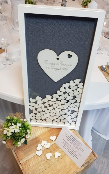 Hochzeitsgästebuch aus Holz als Rahmen mit Holzherzen in grau/weiß
