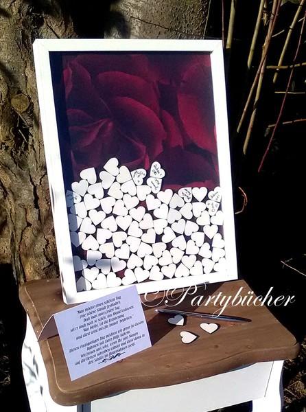 Gästebuch mit Holzherzen und roten Rosen