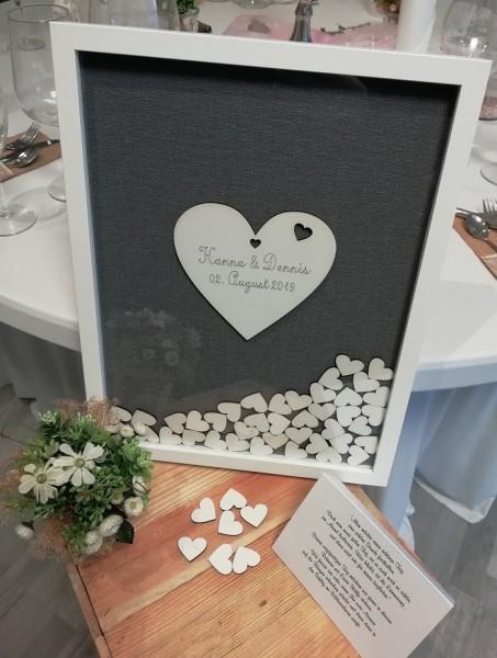 Gästebuch Hochzeit mit Holzherzen aus Holzrahmen in Uni grau mit Gravur auf Herz