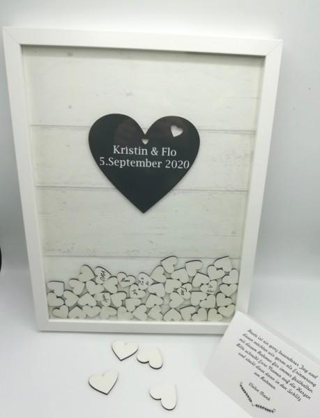 Hochzeitsgästebuch mit weißen holzherzen als einwurf in Hochzeitsgästebuch