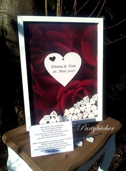 Hochzeitsgästebuch als Bilderrahmen personalisiert mit Holzherzen