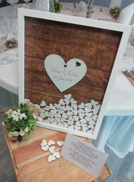 Hochzeitsgästebuch als Rahmen mit Holzherzen zum Einwerfen im Vintage Style sowie individueller Grav